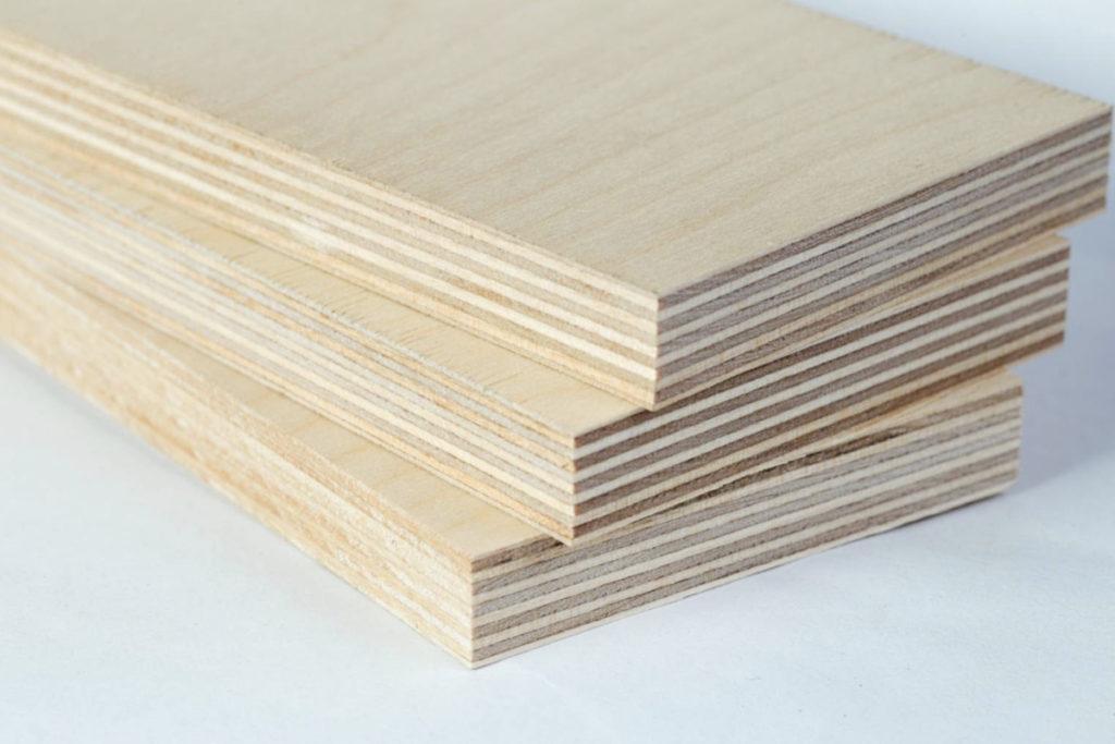 planches épaisses de contreplaqué découpées